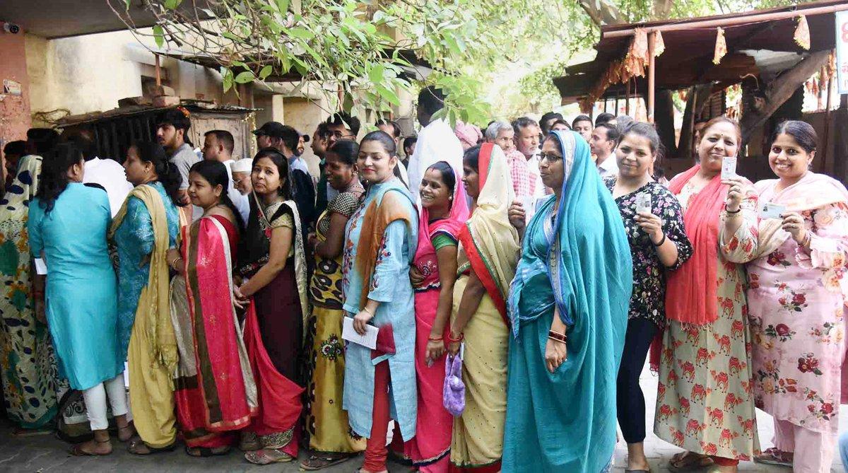 वाराणसी के एक बूथ पर मतदान करने पहुंची महिलाएं