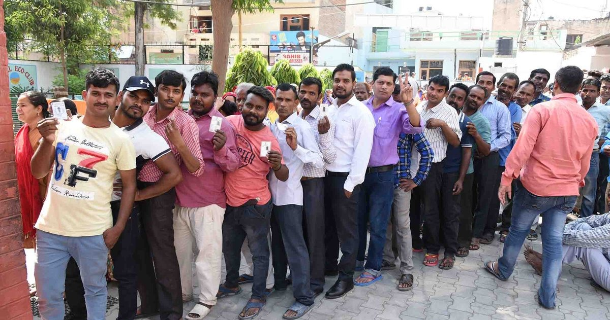 चंडीगढ़ के एक बूथ पर मतदान के लिए लाइन में खड़े मतदाता