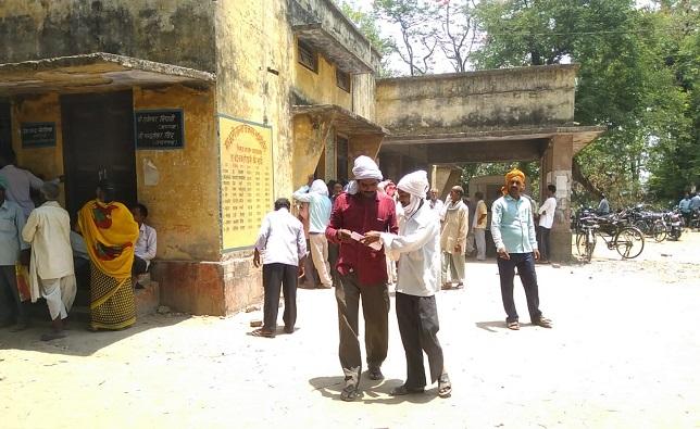 महराजगंज के सिसवा  केन कार्यालय पर किसानों की भीड़