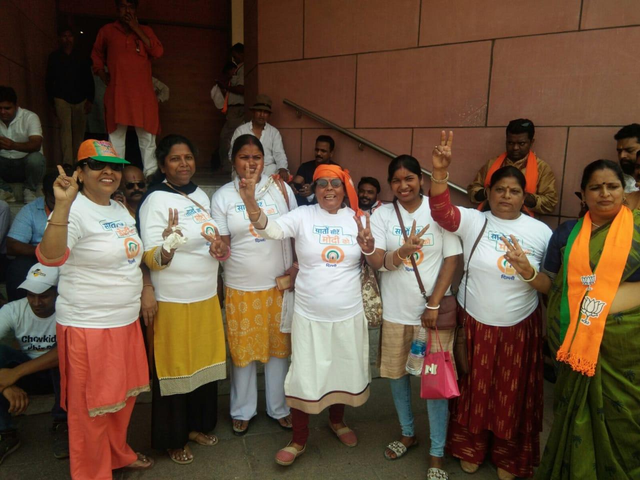 भाजपा मुख्यालय पर जश्न मनाते कार्यकर्ता
