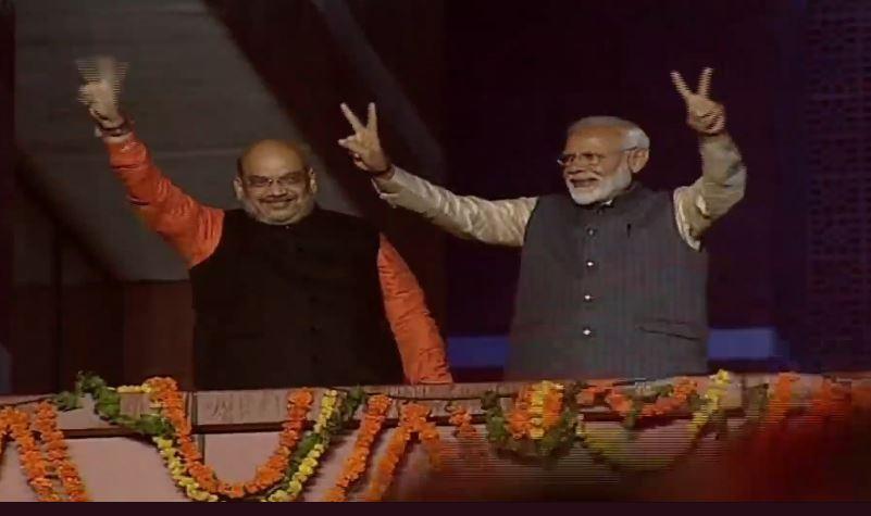चुनाव में जीत के बाद भाजपा कार्यालय पर प्रधानमंत्री नरेंद्र मोदी और अमित शाह विक्ट्री का साइन दिखाते हुए