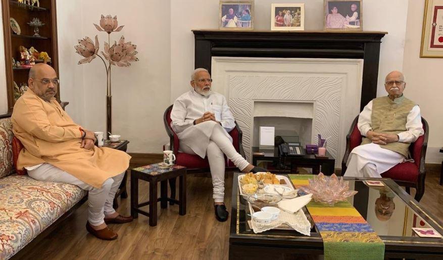 भाजपा के वरिष्ठ नेता लाल कृष्ण आडवाणी से मिलने पहुंचे प्रधानमंत्री नरेंद्र मोदी और अमित शाह