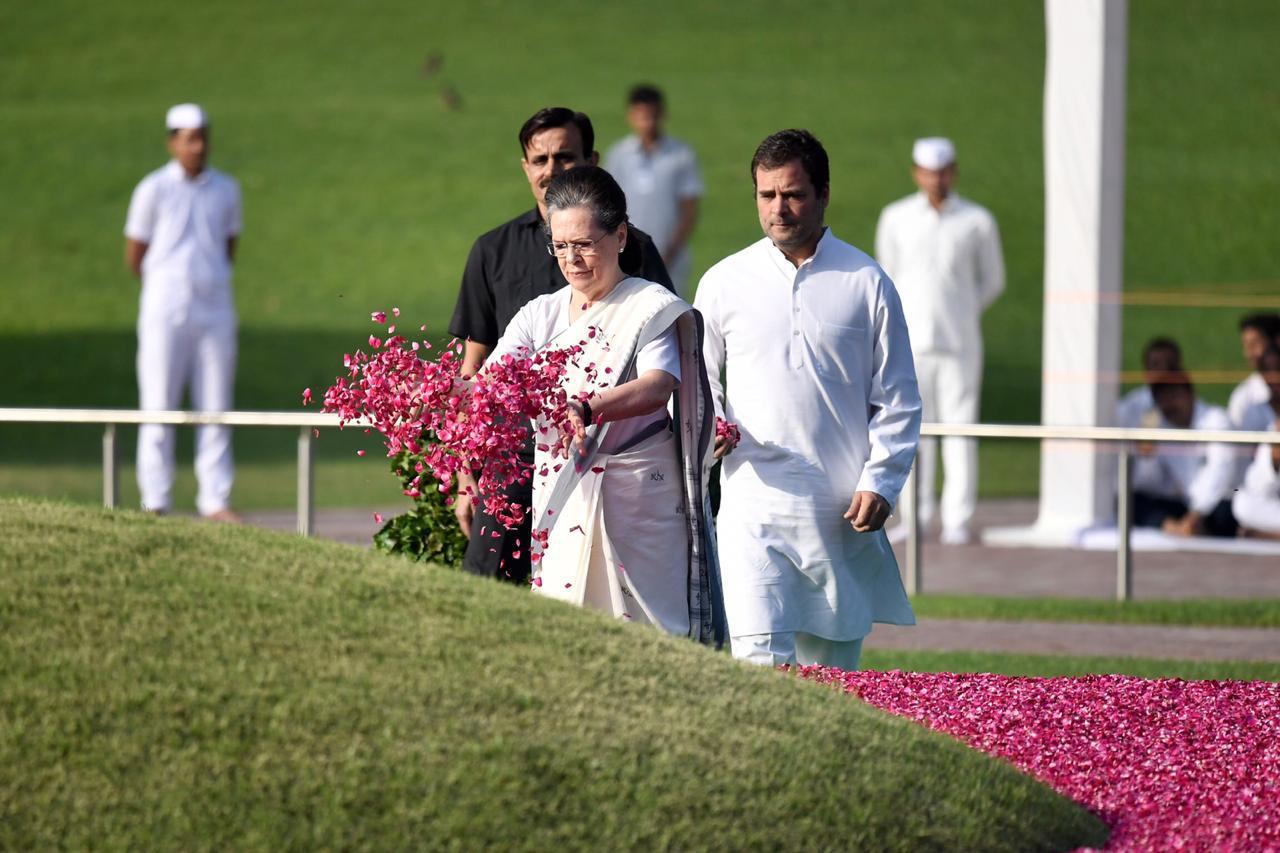 श्रद्धा सुमन अर्पित करती सोनिया गांधी और राहुल गांधी