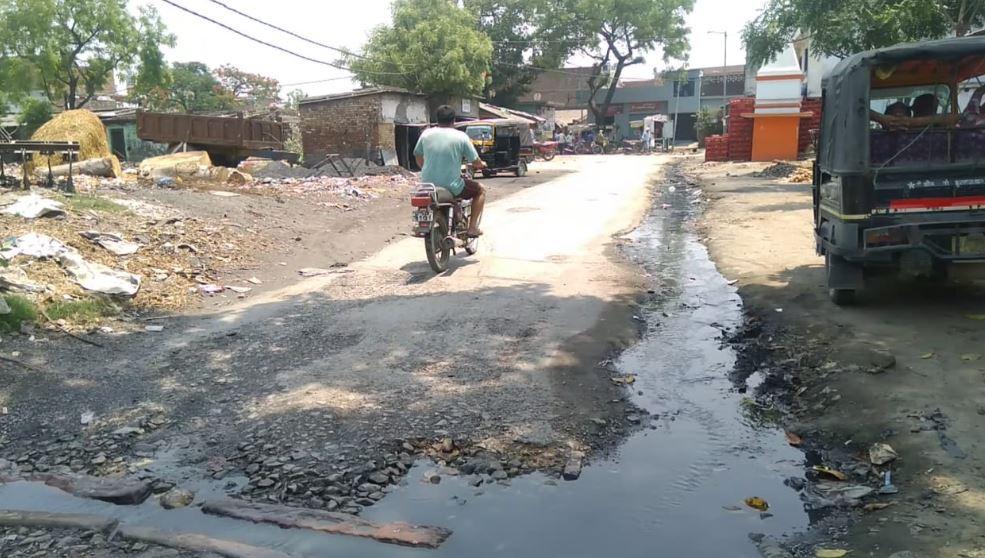 महराजगंज के सिसवा कस्बे में सड़क पर बनी नाली में बहता गंदा पानी