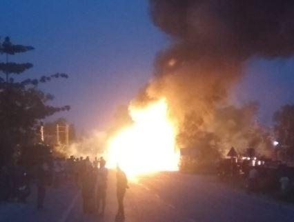 हाईवे पर पलटे टैंकर में लगी भीषण आग