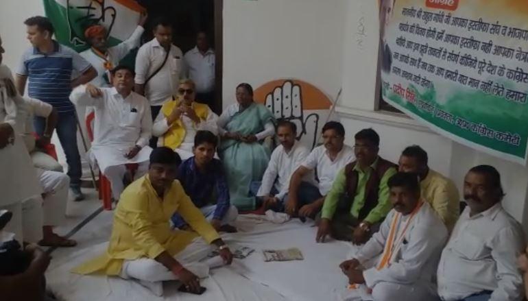 लखनऊ कांग्रेस दफ्तर में अनशन पर बैठे कांग्रेस कार्यकर्ता