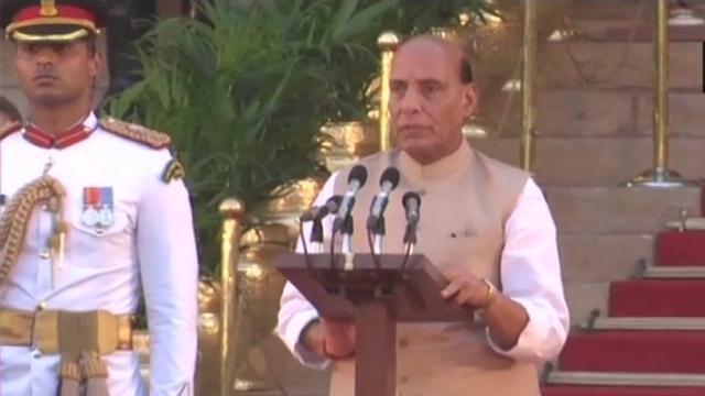 राष्ट्रपति प्रांगण में मंत्री परिषद की शपथ लेते राजनाथ सिंह