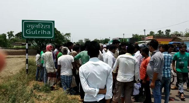 दुर्घटना के बाद मौके पर मौजूद ग्रामीण