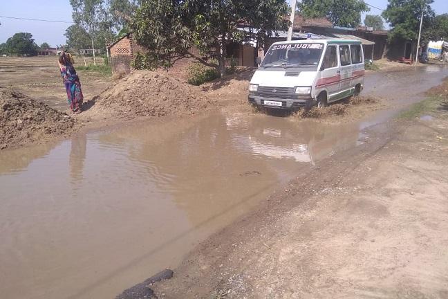 हल्की बारिश के बाद ही रास्तों पर भरा पानी
