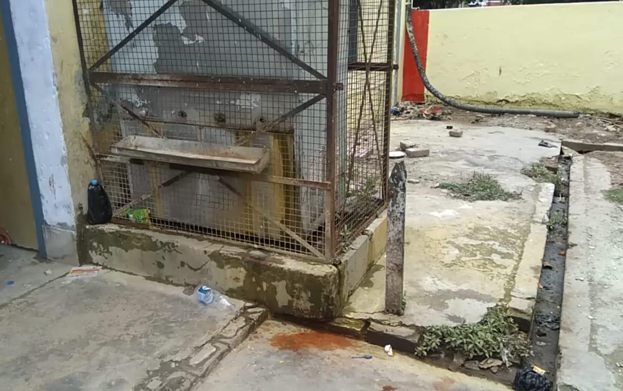 सिसवा रेलवे स्टेशन पर फ्रीजर की टोटी खराब