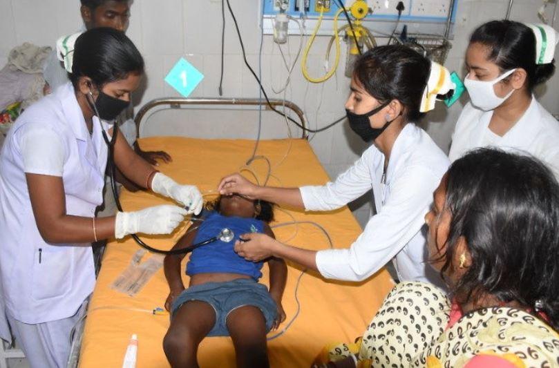 अस्पताल में भर्ती एक्यूट इंसेफेलाइटिस सिंड्रोम से पीड़ित बच्चे