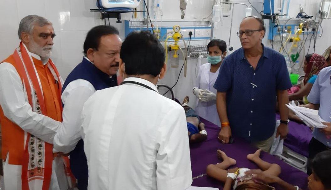 मरीजों का हालचाल जानने पहुंचे केंद्रीय मंत्री डॉ. हर्षवर्धन और राज्य मंत्री अश्विनी चौबे