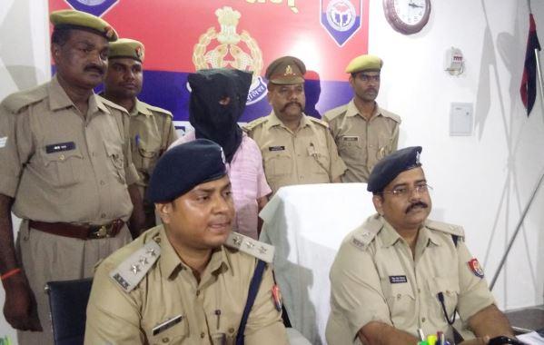 छापेमारी के बाद गिरफ्तार किए गए मुनीम के साथ सवालों का जवाब देते पुलिस अधिकारी