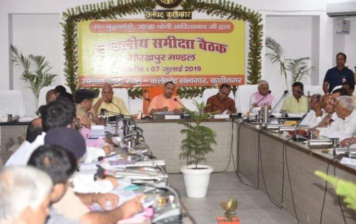 कुशीनगर में समीक्षा बैठक करते सीएम