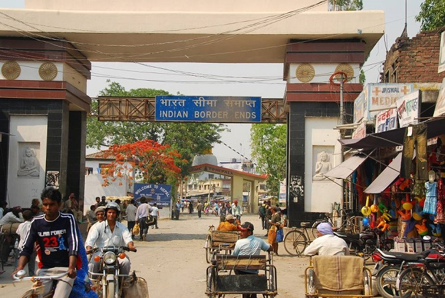 सोनौली बॉर्डर पर इंडिया-नेपाल गेट का फ़ोटो