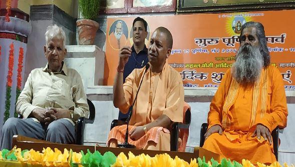 गुरु पूर्णिमा पर मंदिर पहुंचे योगी आदित्यनाथ