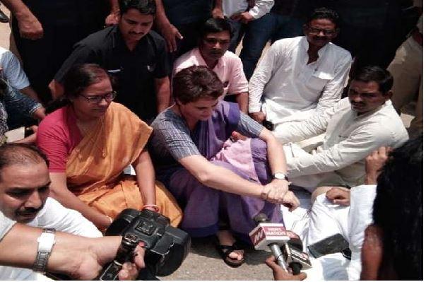 धरने पर बैठीं प्रियंका गांधी