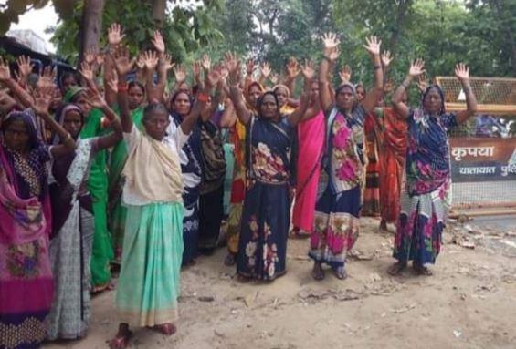 देवस्थान की जमीन पर कब्जा करने के खिलाफ प्रदर्शन करती महिलाएं