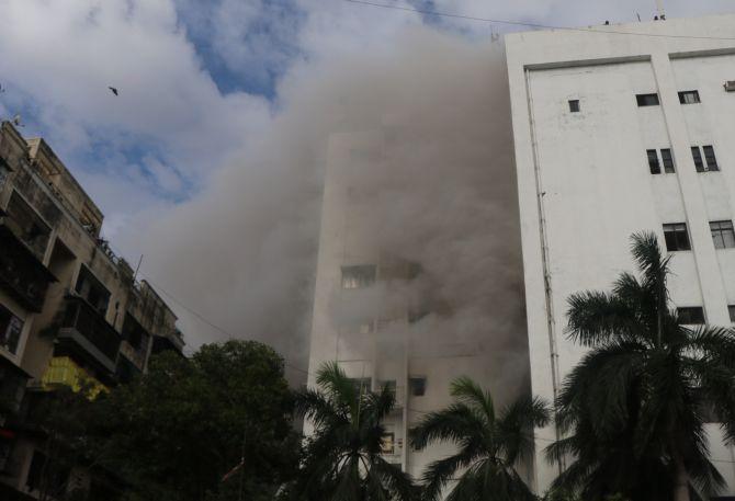 मुंबई के बांद्रा में MTNL  ऑफिस में लगी आग