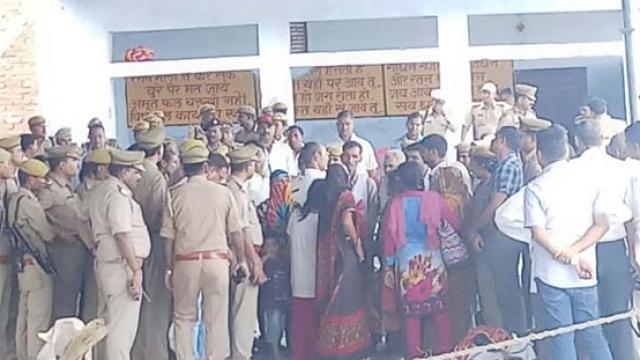 मिश्रा कॉलोनी पर अंत्येष्टि के समय मौजूद परिजन और पुलिस