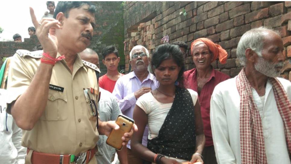 गांव के लोगों के साथ पुलिस
