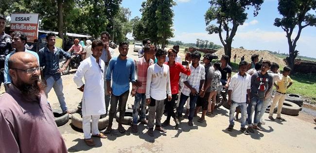 दुर्घटना के बाद ग्रामीणों ने रोड पर लगाया जाम।