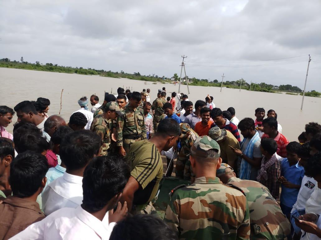 महाराष्ट्र में बाढ़ में फंसे लोगों को बचाते सुरक्षादल