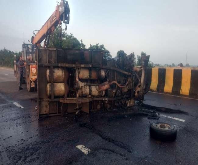 दुर्घटना में जली पिकअप मैक्स को रोड से हटाती क्रेन
