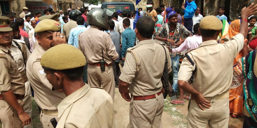 स्कूल में जबरन झंडारोहण को लेकर हंगामे के बाद मौके पर पहुुूंची पुलिस