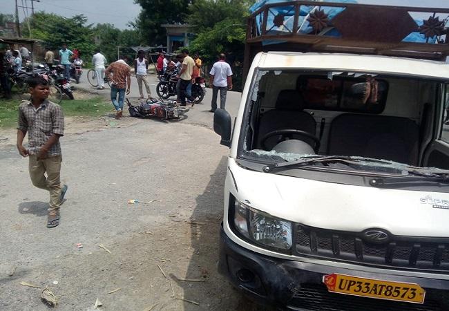 दुर्घटना के बाद मौके पर पड़ी बाइक और क्षतिग्रस्त पिकअप