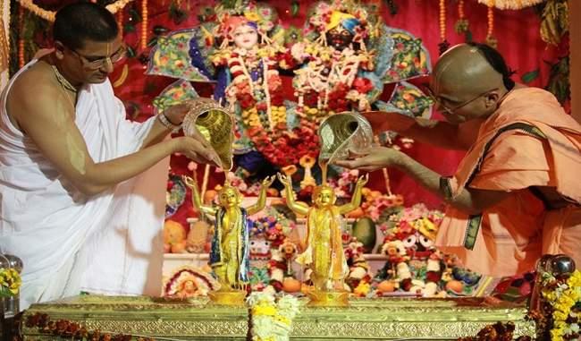 मंदिर में पूजा करते पुजारी