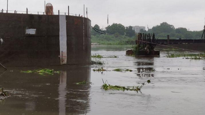 बाढ़ के बाद गांव में भरा पानी