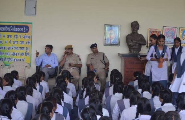 बच्चों को यातायात नियमों की जानकारी देते हुए पुलिस