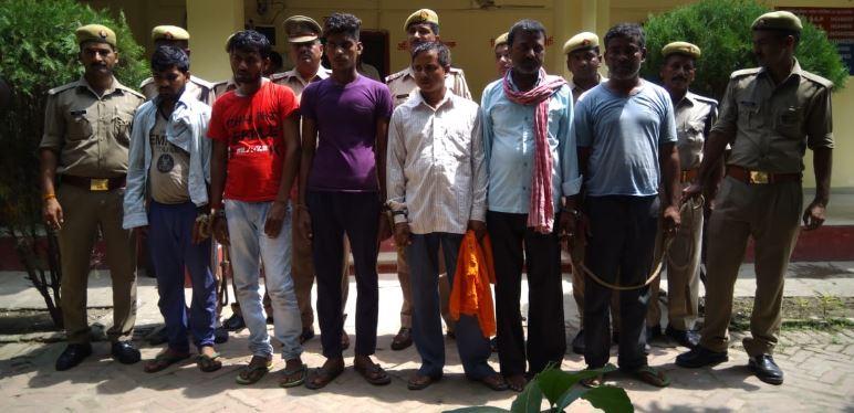 पुलिस के साथ हाथापाई में गिरफ्तार किए गए लोग