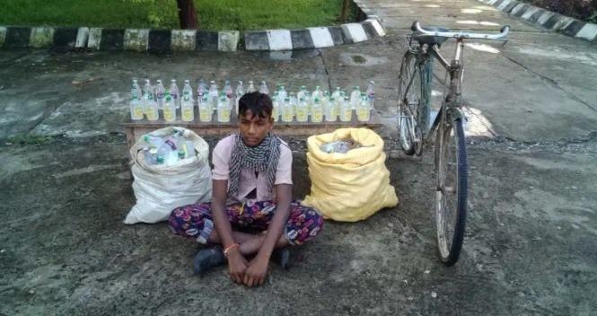 नेपाली शराब की शीशी के साथ युवक गिरफ्तार