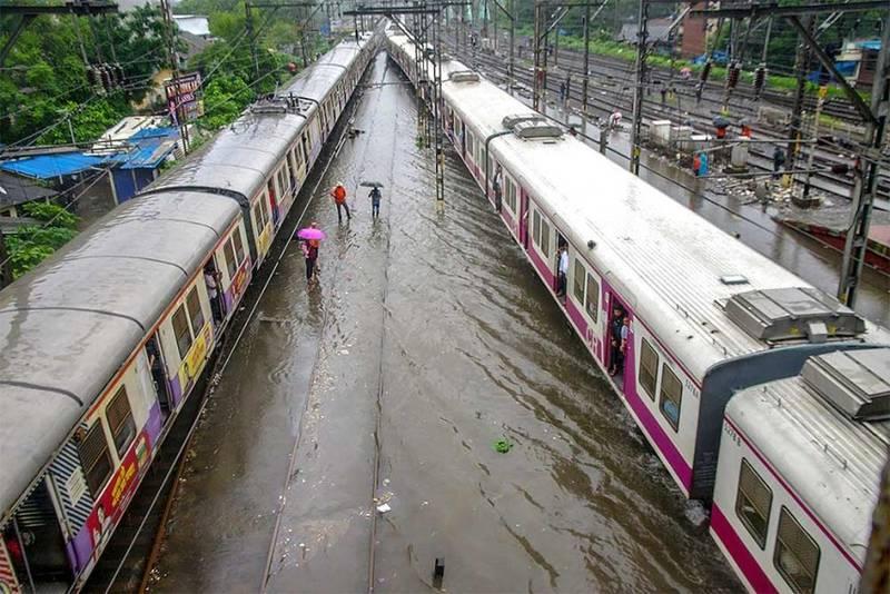 भारी बारिश रूकने के साथ ही लोकल ट्रेन सेवा बहाल