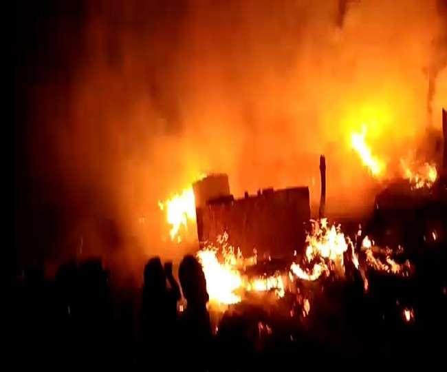 आग में जलता ट्रक