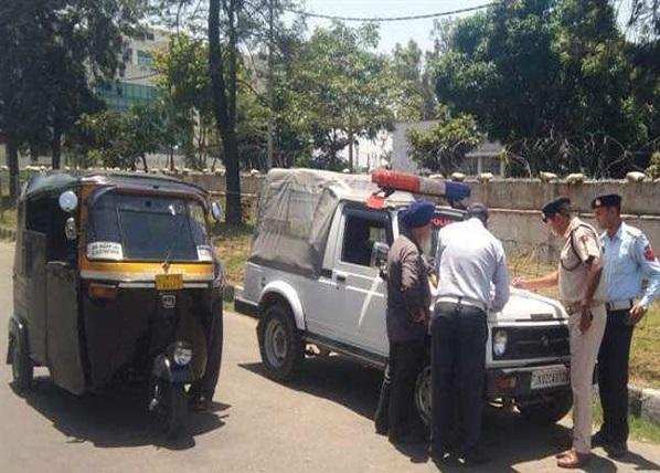 ऑटो का चालान काटते हुए पुलिस