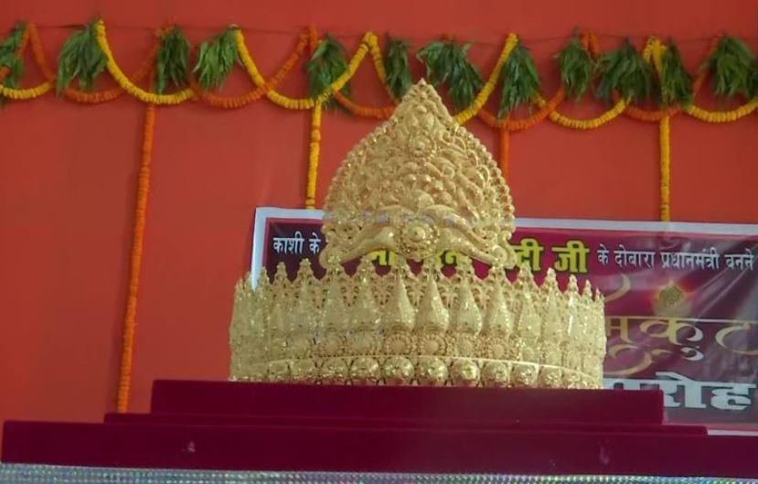 मंदिर में चढ़ाया गया सोने का मुकुट