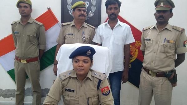 गिरफ्तार आरोपी के साथ पुलिस