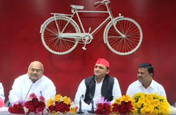 लखनऊ में प्रेस वार्ता को संबोधित करते समाजवादी पार्टी के राष्ट्रीय अध्यक्ष अखिलेश यादव