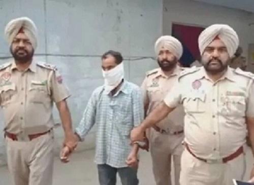 आरोपी को गिरफ्तार करती पुलिस