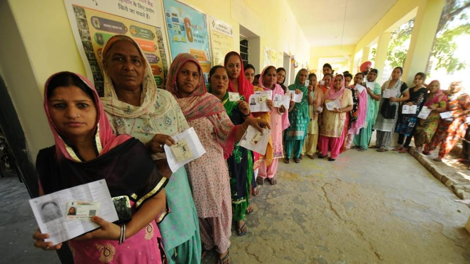 मतदाताओं की लंबी लाइन