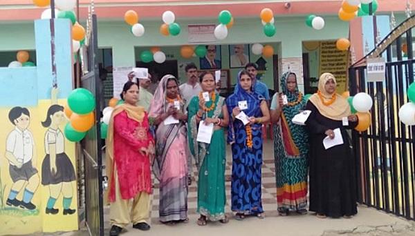 लखनऊ कैंट में मतदाताओं की लाइन