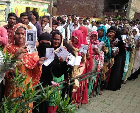 मतदान के लिए लाइन में लोग