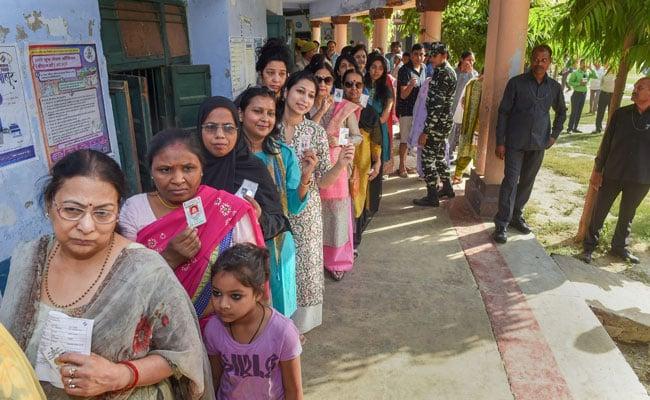लाइन में खड़े मतदाता
