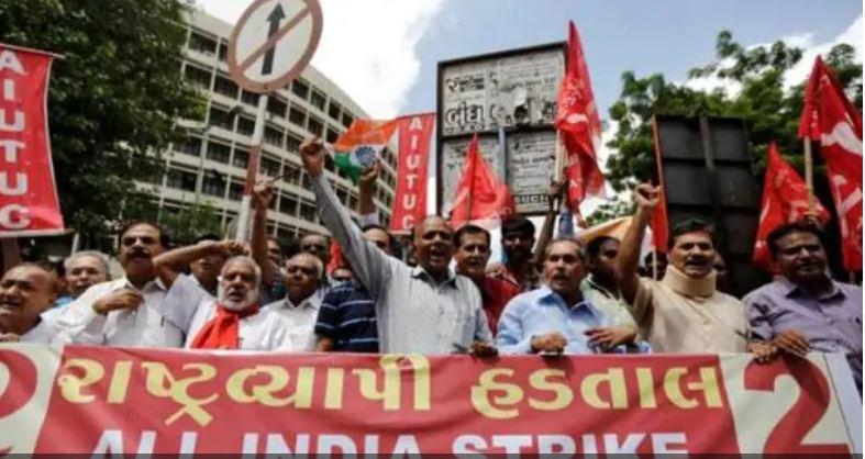 विरोध प्रदर्शन करते हुए कर्मचारी
