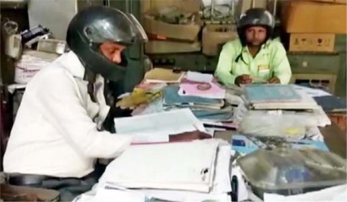 हेल्मेट पहन काम करते हैं बिजली कर्मचारी