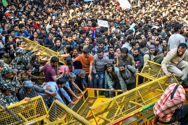 छात्रों और पुलिस के बीच हुई झड़प