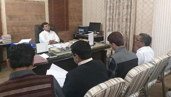 डीएम ने अधिकारियों के साथ की बैठक